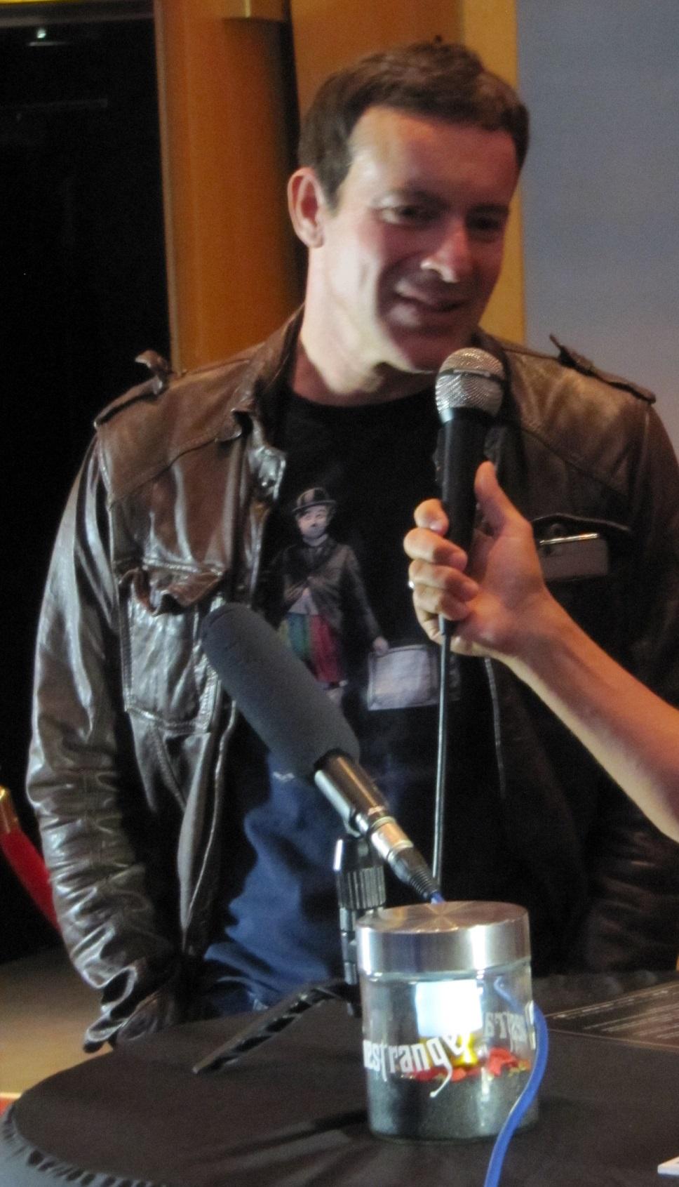 """Regisseur Gedeon Burkhard bei einem kurzen Gespräch nach der Vorüfhrung von """"The Key"""". © wirsindmovies.com"""